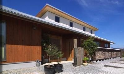 『薪塀の家』工夫一杯のローコスト4世代住宅 (木の温もり感じる外観)