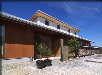 『薪塀の家』工夫一杯のローコスト4世代住宅の部屋 木の温もり感じる外観