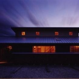 『薪塀の家』工夫一杯のローコスト4世代住宅 (外観夕景)
