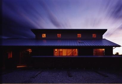『薪塀の家』工夫一杯のローコスト4世代住宅の部屋 外観夕景