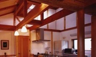 『薪塀の家』工夫一杯のローコスト4世代住宅 (木の温もり感じるダイニングキッチン)