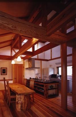 『薪塀の家』工夫一杯のローコスト4世代住宅の部屋 木の温もり感じるダイニングキッチン