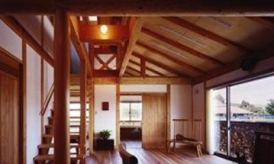 『薪塀の家』工夫一杯のローコスト4世代住宅 (ダイニングよりリビングを見る)
