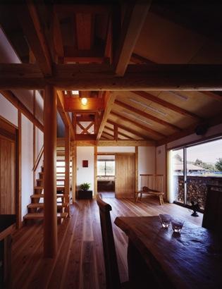 『薪塀の家』工夫一杯のローコスト4世代住宅の部屋 ダイニングよりリビングを見る