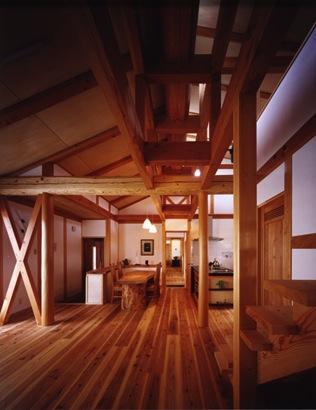 『薪塀の家』工夫一杯のローコスト4世代住宅の部屋 木の温もり感じるLDK