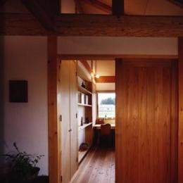 『薪塀の家』工夫一杯のローコスト4世代住宅 (木の温もり感じる子供部屋)