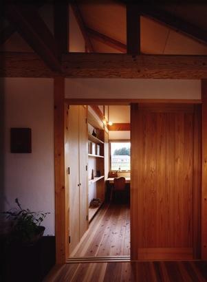 『薪塀の家』工夫一杯のローコスト4世代住宅の部屋 木の温もり感じる子供部屋