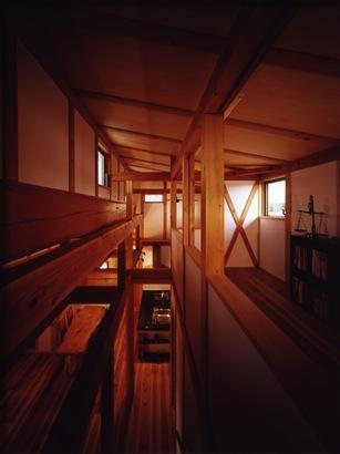 『薪塀の家』工夫一杯のローコスト4世代住宅の部屋 ロフトよりLDKを見下ろす