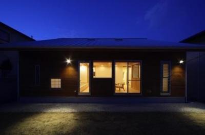 『舞台のある家』変化を楽しめる木の家 (外観庭側-夜景)
