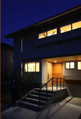 『舞台のある家』変化を楽しめる木の家 (玄関アプローチ-夜景)