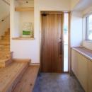 『舞台のある家』変化を楽しめる木の家の写真 明るい玄関ホール