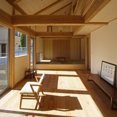 木の温もり感じるLDK (『舞台のある家』変化を楽しめる木の家)