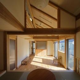 『舞台のある家』変化を楽しめる木の家 (畳コーナーよりリビングを見る)