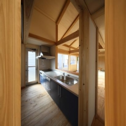 『舞台のある家』変化を楽しめる木の家 (開放的な対面式キッチン)