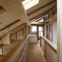 『舞台のある家』変化を楽しめる木の家 (トップライトより光が差し込む渡り廊下)