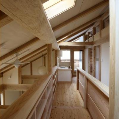 トップライトより光が差し込む渡り廊下 (『舞台のある家』変化を楽しめる木の家)