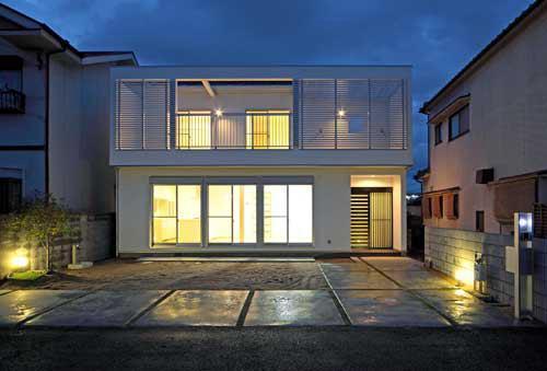 『キュービック・デッキ』リゾート風住宅にダイナミックリフォームの写真 外観夜景