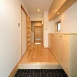 『キュービック・デッキ』リゾート風住宅にダイナミックリフォーム (黒いタイル床の玄関ホール)