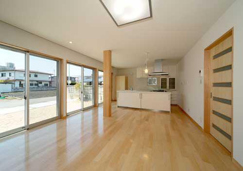 『キュービック・デッキ』リゾート風住宅にダイナミックリフォームの写真 明るく開放的なLDK