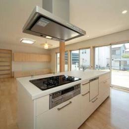 『キュービック・デッキ』リゾート風住宅にダイナミックリフォーム (開放的なアイランドキッチン)