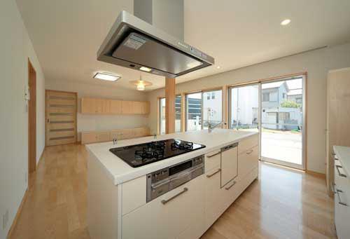 『キュービック・デッキ』リゾート風住宅にダイナミックリフォームの写真 開放的なアイランドキッチン