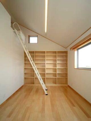 『キュービック・デッキ』リゾート風住宅にダイナミックリフォーム (壁一面本棚の子供部屋)