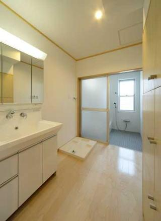 『キュービック・デッキ』リゾート風住宅にダイナミックリフォームの写真 洗面・浴室