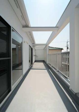 『キュービック・デッキ』リゾート風住宅にダイナミックリフォームの写真 広大なバルコニー