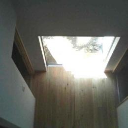 『自然素材と外断熱の家』ナチュラルな住まい (2階ブリッジより玄関ホールを見下ろす)