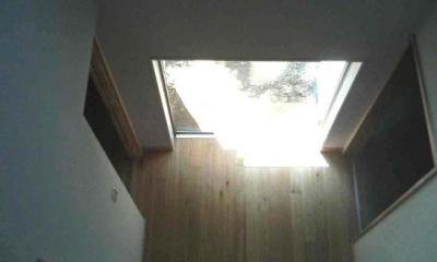 2階ブリッジより玄関ホールを見下ろす|『自然素材と外断熱の家』ナチュラルな住まい