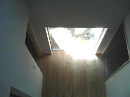 『自然素材と外断熱の家』ナチュラルな住まいの部屋 2階ブリッジより玄関ホールを見下ろす