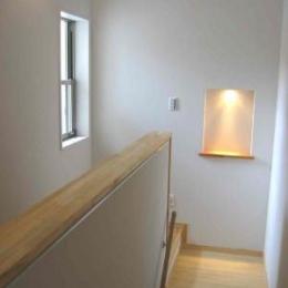 『自然素材と外断熱の家』ナチュラルな住まい (階段踊り場-アクセントのニッチ)