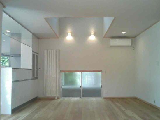 『自然素材と外断熱の家』ナチュラルな住まいの部屋 吹き抜けのダイニング