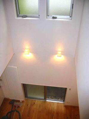 『自然素材と外断熱の家』ナチュラルな住まいの部屋 2階廊下よりダイニングを見下ろす