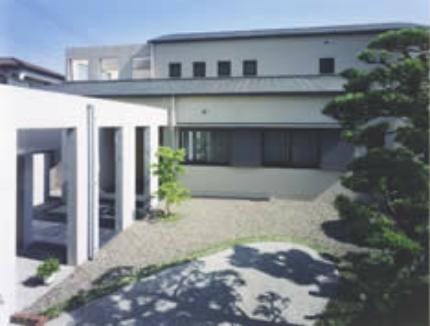『内田邸』柔らかな印象のコンクリート造住宅の部屋 銅板むくり屋根の家