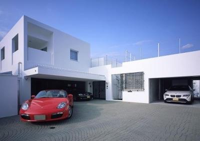 ホワイトキューブのモダンな外観 (『S邸』非日常空間を楽しめる高級リゾートホテルのような家)