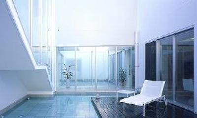 『S邸』非日常空間を楽しめる高級リゾートホテルのような家 (水盤のある広々テラス)