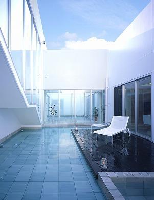 『S邸』非日常空間を楽しめる高級リゾートホテルのような家の部屋 水盤のある広々テラス