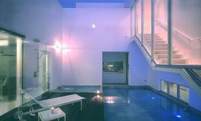 水盤のある広々テラス-夜景|『S邸』非日常空間を楽しめる高級リゾートホテルのような家