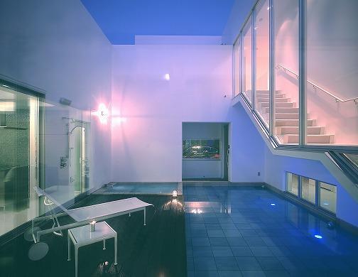『S邸』非日常空間を楽しめる高級リゾートホテルのような家の部屋 水盤のある広々テラス-夜景