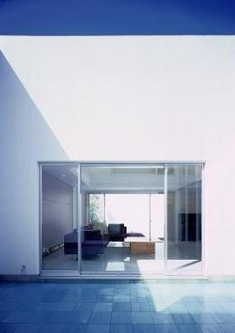 『S邸』非日常空間を楽しめる高級リゾートホテルのような家 (テラスよりリビングを見る)
