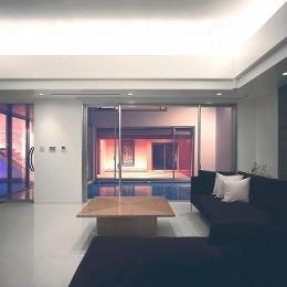 『S邸』非日常空間を楽しめる高級リゾートホテルのような家-リビングよりテラスを見る