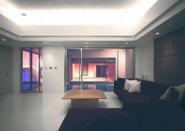 『S邸』非日常空間を楽しめる高級リゾートホテルのような家 (リビングよりテラスを見る)