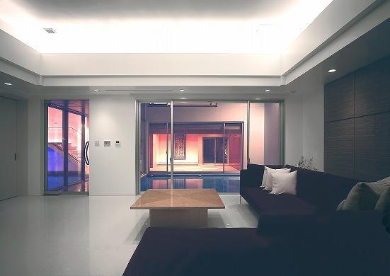 『S邸』非日常空間を楽しめる高級リゾートホテルのような家の部屋 リビングよりテラスを見る