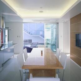 スタイリッシュなダイニングキッチン (『S邸』非日常空間を楽しめる高級リゾートホテルのような家)
