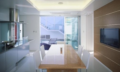 スタイリッシュなダイニングキッチン|『S邸』非日常空間を楽しめる高級リゾートホテルのような家