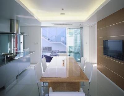 『S邸』非日常空間を楽しめる高級リゾートホテルのような家 (スタイリッシュなダイニングキッチン)