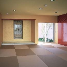 赤がアクセントの和モダンな和室 (『S邸』非日常空間を楽しめる高級リゾートホテルのような家)