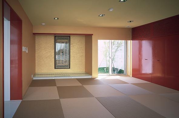 『S邸』非日常空間を楽しめる高級リゾートホテルのような家の部屋 赤がアクセントの和モダンな和室