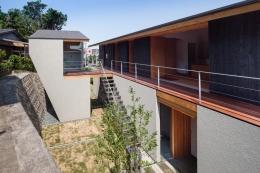 『西向きの家』デッキテラスがつなぐ住まい (外観-2階デッキテラスにつながる階段)